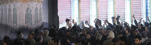 استقبال باشکوه مردم از ضریح امام حسین(ع) در حرم امام خمینی