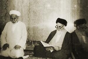 امام خمینی در حال زیارت