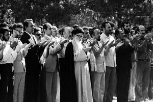 امام خمینی: نماز جمعه مردم را بیدار می کند