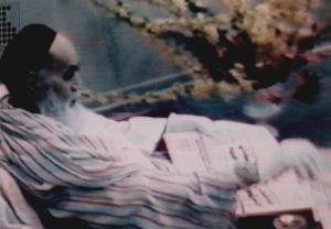 امام در بیمارستان قلب جماران در حال مطالعه روزنامه