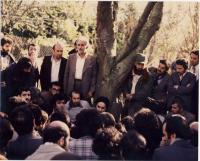 امام نشسته در حیاط در میان دیدارکنندگان در نوفل لوشاتو
