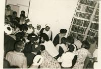امام در حال عزیمت از محل دیدار با مردم در مدرسه فیضیه