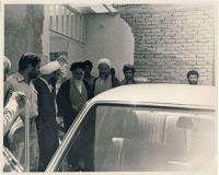امام در حال سوار شدن بر اتومبیل در قم