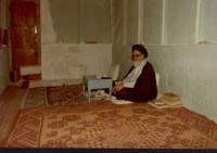 امام در منزل نجف در حال مطالعه