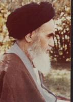 پرتره امام در باغ نوفل لوشاتو  نشسته به صورت سه رخ و از نمای نزدیک
