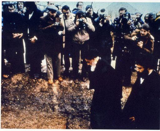 امام در حال عبور از میان خبرنگاران در نوفل لوشاتو