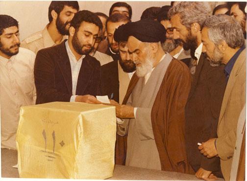 امام در پای صندوق رای گیری دور دوم  انتخابات مجلس شورای اسلامی در جماران