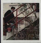 امام در حال تردد از پله در نوفل لوشاتو