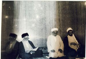 امام در حرم حضرت علی(ع) در حال دعا و نیایش در نجف