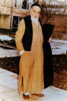 امام در حیاط پشت منزل جماران در حال قدم زدن