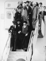 امام در حال پایین آمدن از پلکان هواپیما در فرودگاه مهرآباد