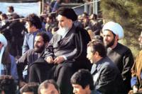 امام در جایگاه سخنرانی در بهشت زهرا