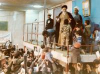 امام در حال پاسخگویی به ابراز احساسات مردم در حسینیه جماران