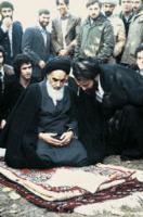 امام قبل از نماز جماعت در نوفل لوشاتو در حالت نشسته به صورت تمام رخ