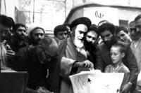 امام در پای صندوق رای گیری انتخابات ریاست جمهوری و مجلس شورای اسلامی در جماران