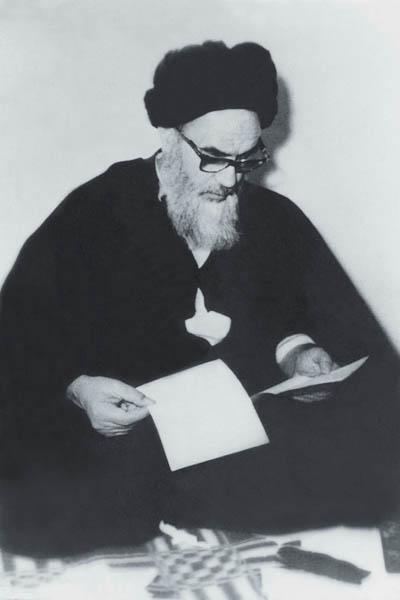 امام در حال مطالعه در منزل