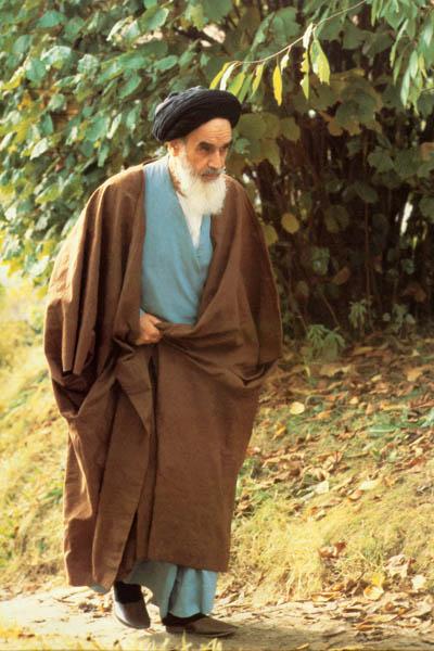 امام در حال عبور در باغ نوفل لوشاتو