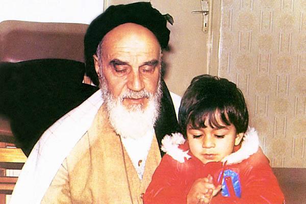 نوه خردسال در آغوش امام در جماران