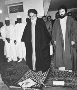 نماز جماعت امام با حضور اعضای هیات حل اختلاف در جماران