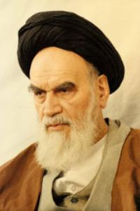 پرتره امام در حسینیه جماران حالت نشسته و به صورت سه رخ