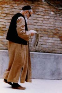 امام در حیاط پشت منزل جماران در حال قدم زدن و مطالعه روزنامه