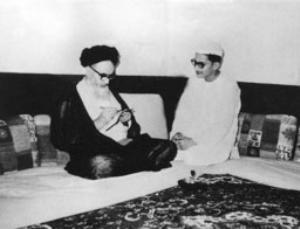 امام در حال نوشتن مطلبی در منزل در کربلا