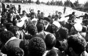 امام پس از پیاده شدن از هلیکوپتر در میان مستقبلین در بهشت زهرا