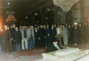 امام در حال فاتحه خوانی بر سر مزار علما در قم