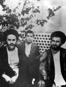 حاج آقا مصطفی و حاج احمد آقا در کنار امام در حیاط نشسته