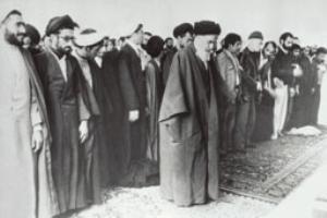 امام هنگام نماز جماعت در قم در حالت اقامه به صورت نیم رخ