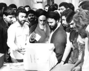 امام در پای صندوق رای گیری انتخابات مجلس شورای اسلامی در جماران
