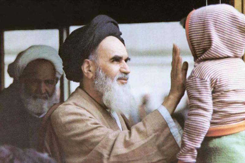 امام در حال نوازش کودکی در مدرسه علوی