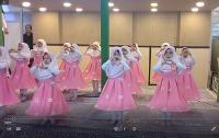 فیلم اجرای سرود نوباوگان مدرسه شهید فکوری در غرفه موسسه تنظیم و نشر آثار امام(س)در نمایشگاه قرآن کریم