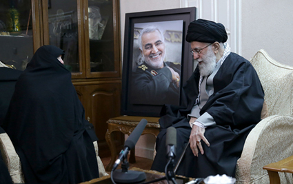 گزارش تصویری حضور مقام معظم رهبری، آیت الله سیدحسن خمینی، و رئیس جمهور در منزل شهید حاج قاسم سلیمانی