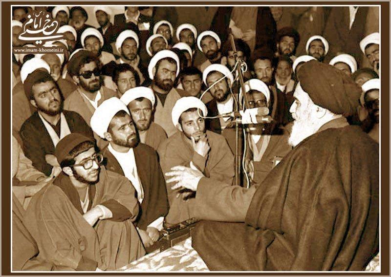 امام در جمع طلاب و روحانیون