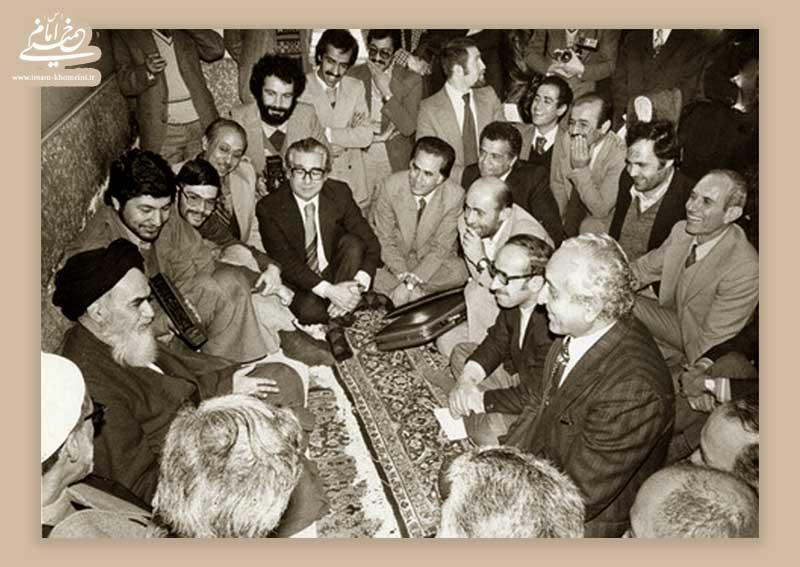 دیدار امام خمینی با خبرنگاران روزنامه اطلاعات در مدرسه رفاه
