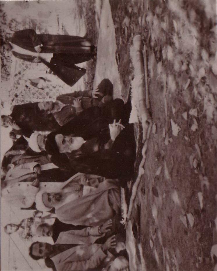 11-نماز جماعت در نوفل لوشاتو - آیت الله صدوقی در عکس دیده می شود