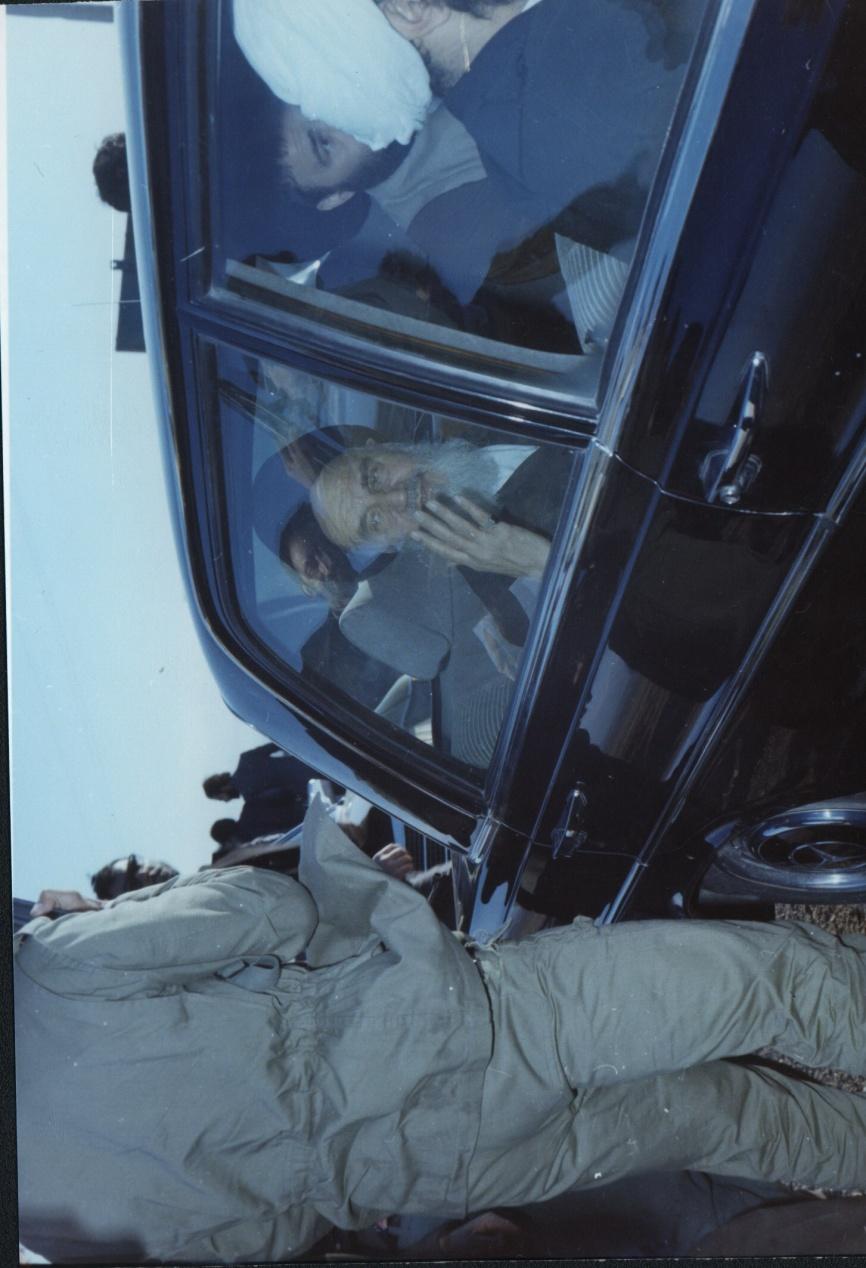 20- با همان ماشین برای بردن امام به مدرسه علوی اقدام کردیم